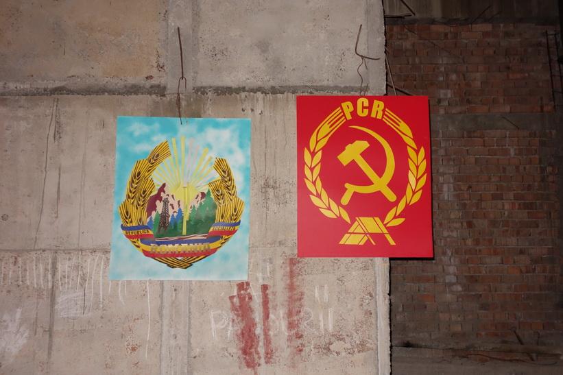 Dessa kommunistsymboler är ett par av få återstående i palatset. PCR står för Partidul Comunist Român, det rumänska kommunistpartiet, presidentpalatset, Bukarest.