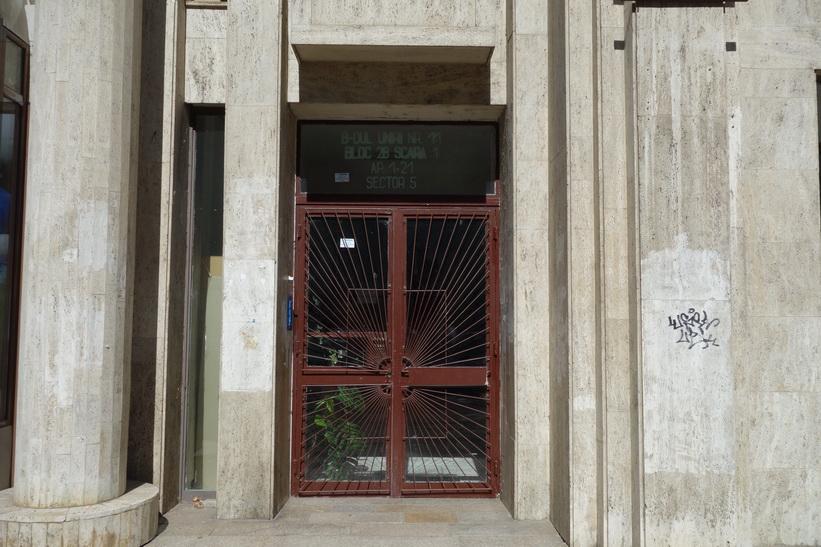 Entrén till en av kommunistbostäderna längs Uniriiboulevarden i Bukarest.