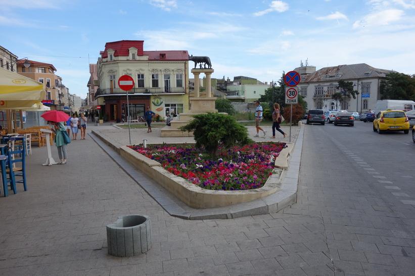Till vänster i bild börjar gågatan i Constanţa.