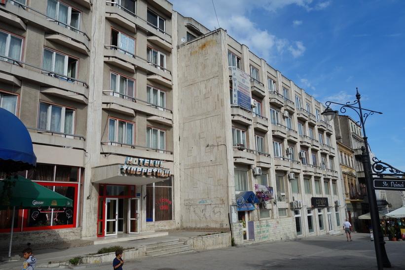 Även längs gågatan syns arvet från kommunismens dagar på arkitekturen, Constanţa.