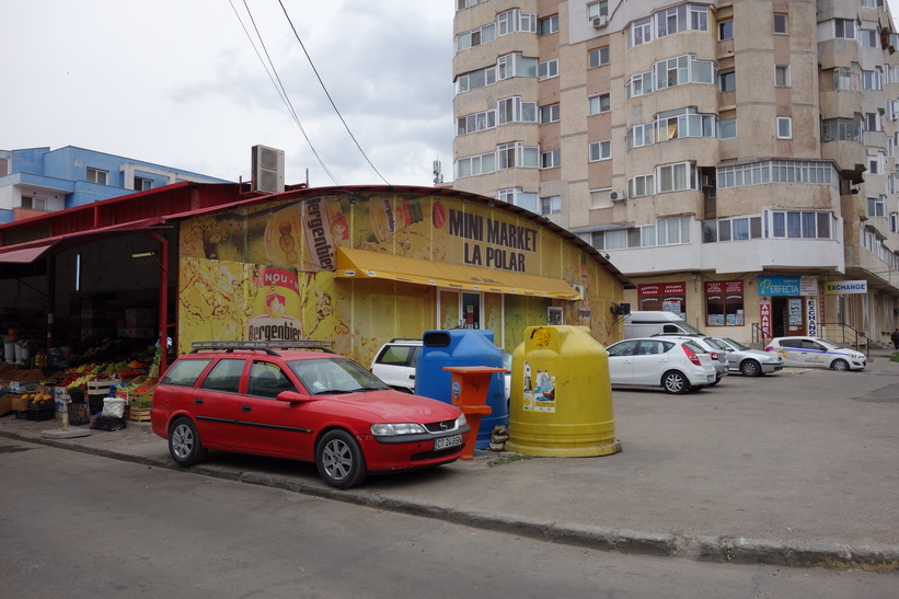 Det är här jag köper vatten och annat smått och gott. Här ligger även busshållplatsen som jag använder mig av, Constanţa.