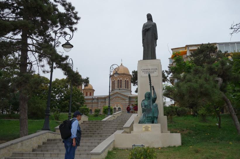 Monument över Carmen Sylva (furstinna, drottning och författare) i centrala Constanţa.
