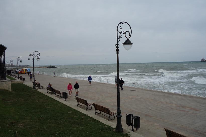 Mer av den fina strandpromenaden i centrala Constanţa.