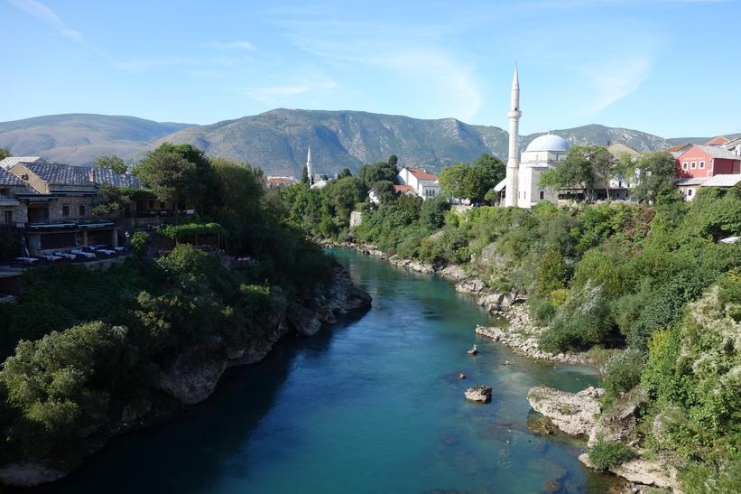 Neretva-floden sedd från Stari Most i nordlig riktning, Mostar.