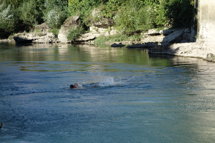 Simturen tillbaka till land efter hoppet, Stari Most, Mostar.