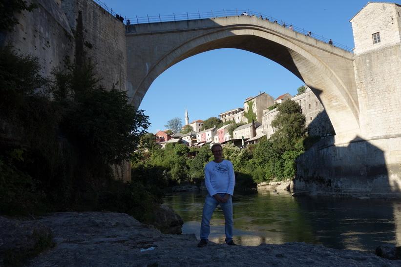 Stefan nedanför Stari Most, Mostar. Dåliga ljusförhållanden på eftermiddagen gör att jag syns dåligt.
