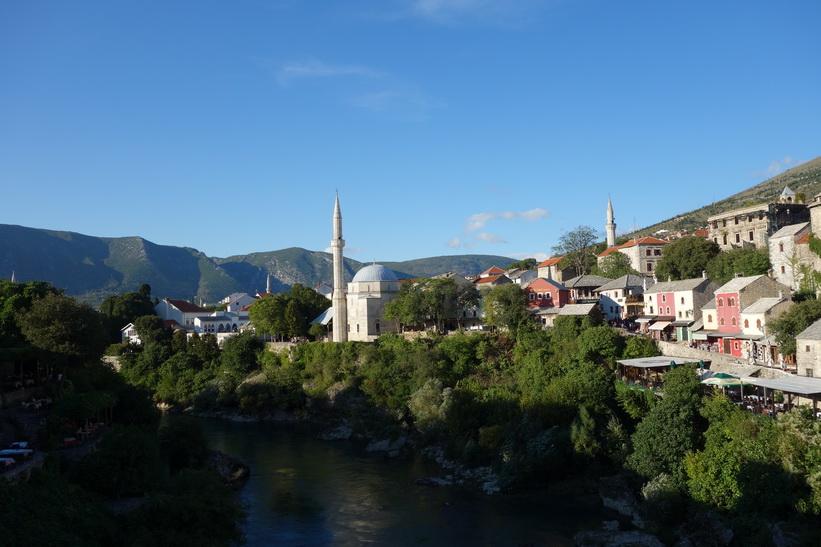 Neretva-floden och delar av Stari grad sedd från Stari Most i nordlig riktning, Mostar.