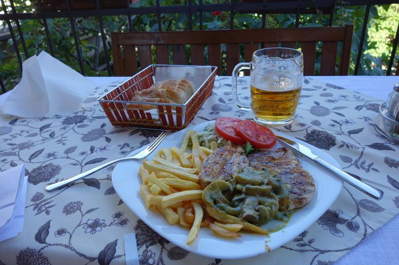 Generös portion av grillad kyckling med champinjonsås och strips samt grönsaker och en massa bröd, restaurang Hindin Han, Mostar.