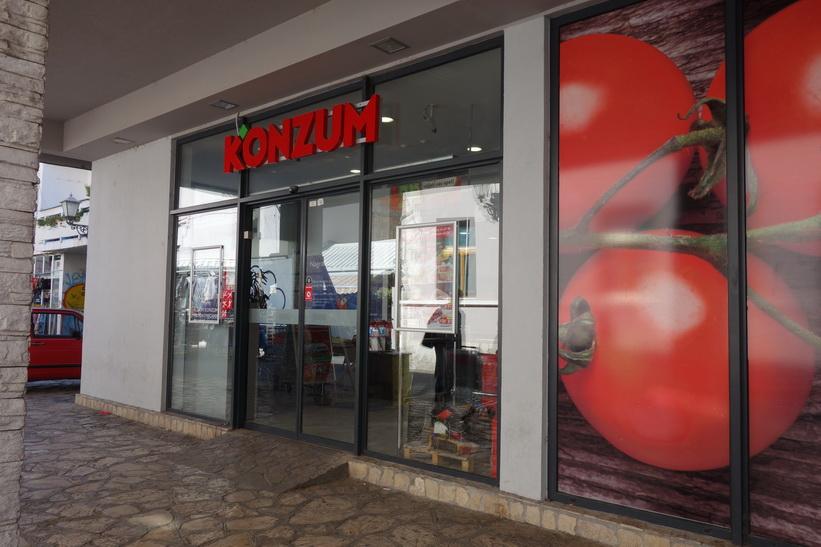 Konzum är populärt i Bosnien & Hercegovina! Gågatan i centrala Mostar.