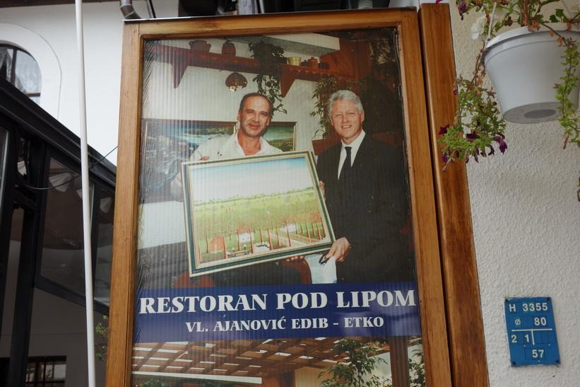 Den stolta ägaren av restaurangen Pod Lipom där jag åt lunch idag, berättade att Clinton varit tillbaka ytterligare en gång, i år. Fotot togs vid Clintons första besök till restaurangen 2001.