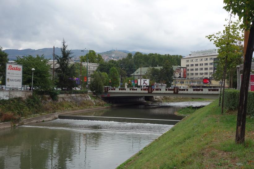 Floden Miljacka som rinner genom hela centrala Sarajevo.