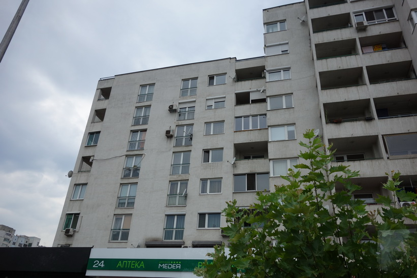 Gammal grå kommunistarkitektur i någon av Sofias många förorter.