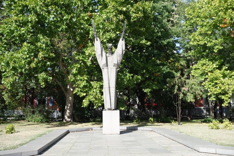 Mystisk staty i parken som ligger bredvid universitetet i Sofia.
