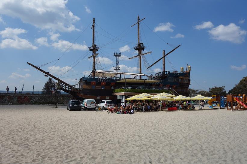 Restaurang på stranden i centrala Varna.