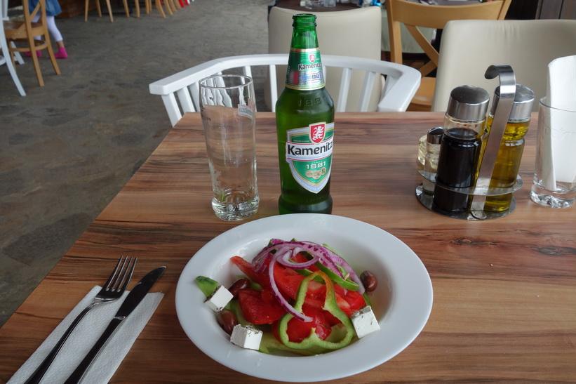 15 leva (70 svenska kronor ungefär) för pasta med seafood och denna grekiska sallad, samt efterrätt och två starköl, Varna.