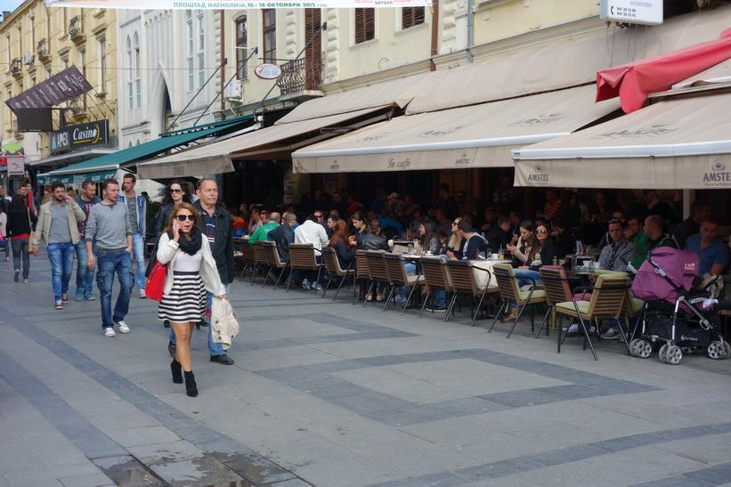 Café längs gågatan i centrala Bitola. Jag tror aldrig jag sett så caféer så packade till bristningsgränsen i någon annan stad.