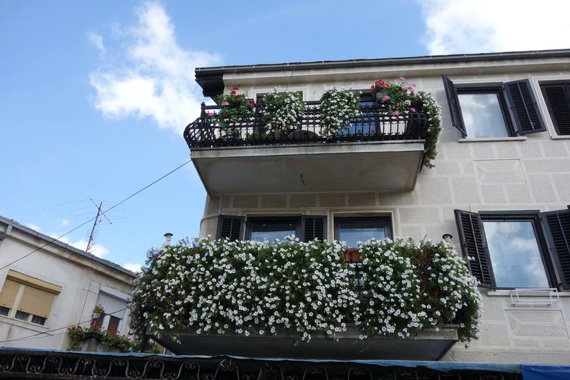 Balkonger längs gågatan i centrala Bitola.