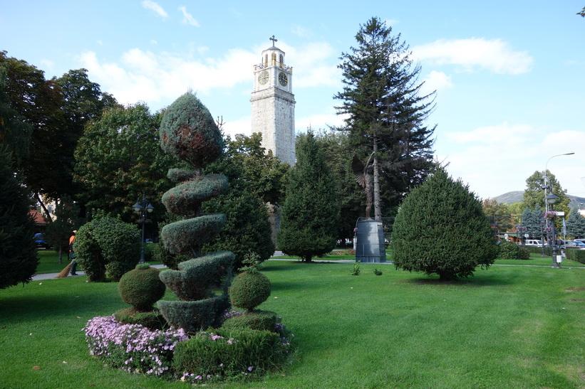 Fin park vid kyrkan, centrala Bitola.