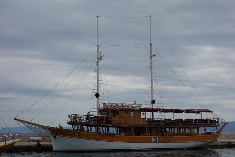 Båt i hamnen i Bol.