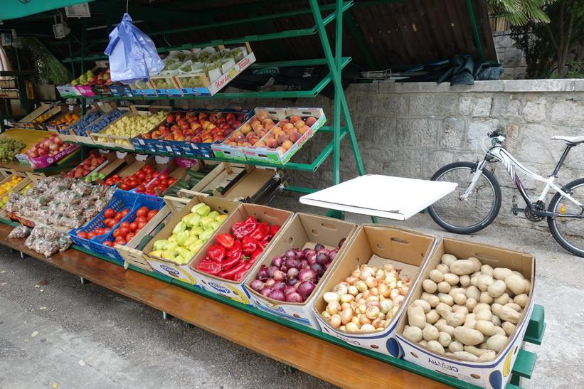 Frukt- och grönsaksförsäljning i centrala Bol.