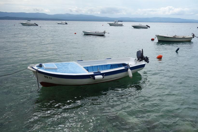 Båtar vid kajen i östra delen av Bol.