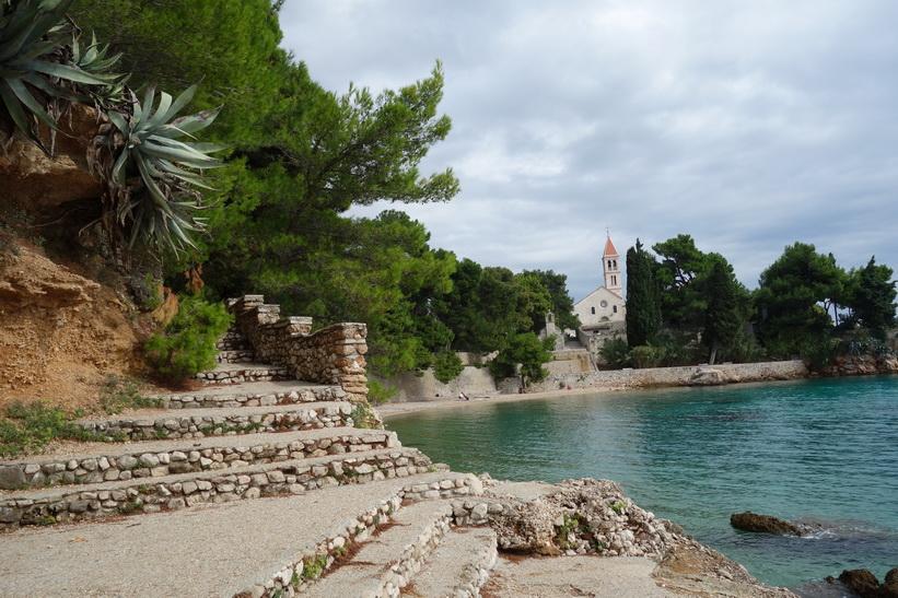 Strandpromenaden i östra delen av Bol med Dominican Monastery i bakgrunden.