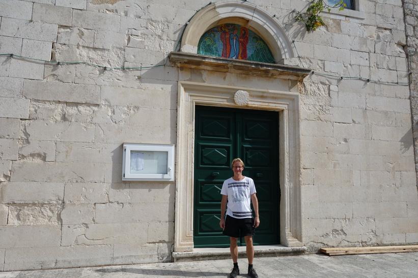 Stefan framför entrén till Dominican Monastery, Bol.
