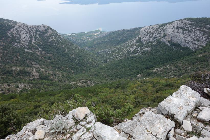 Utsikten ner mot udden Zlatni Rat längs leden nära toppen av Vidova Gora.