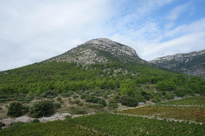 Ett mindre berg i sikte under vandringen från Bol till Vidova Gora.