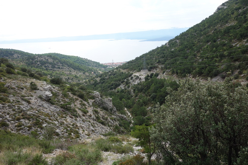 Utsikten ner mot Bol och adriatiska havet från leden upp till Vidova Gora.
