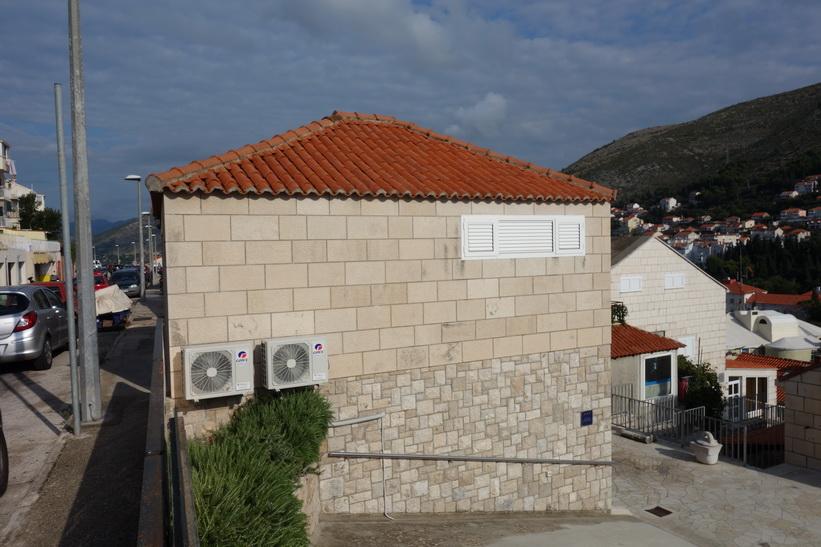 I detta hus bor jag under min vistelse i Dubrovnik. Jag har ett helt hus för mig själv!