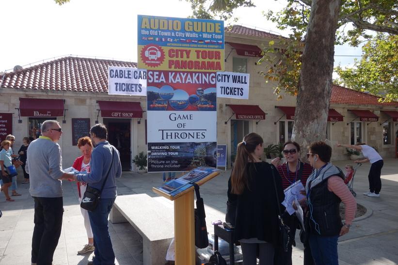 Biljetter för rundvandringar med Game of Thrones-tema till salu utanför ringmuren, Dubrovnik.