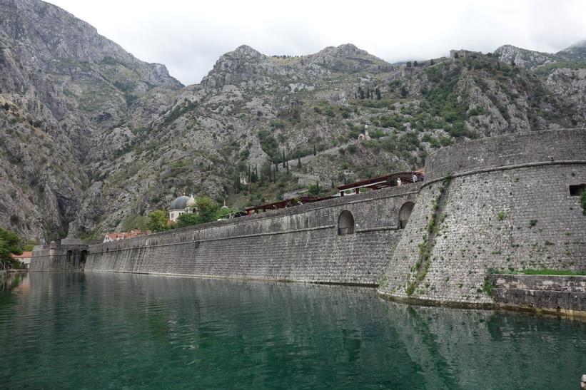 Del av stadsmuren med St John's mountain i bakgrunden, Kotor.