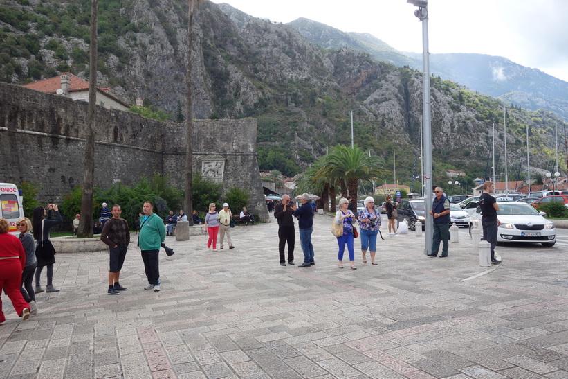 Turister utanför gamla staden i Kotor.