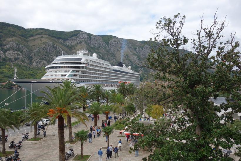 Promenaden vid hamnen i Kotor.