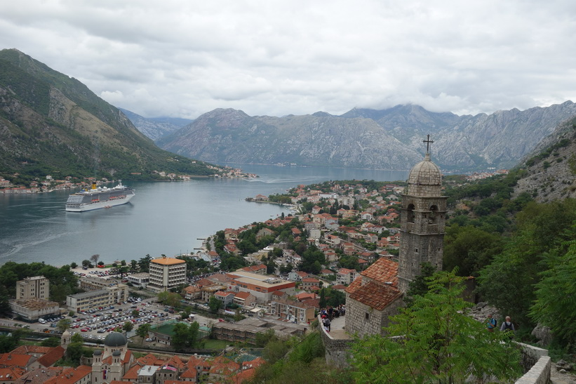 The Church of Our Lady of Remedy med bay of Kotor i bakgrunden.