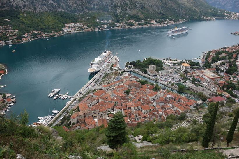 Gamla staden i Kotor sedd från St John's mountain.