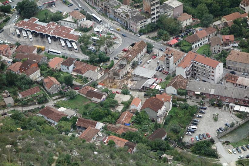 Del av stadsdelen Skaljari sedd uppifrån St John's mountain, Kotor. Mitt boende och busstationen är med på bilden.