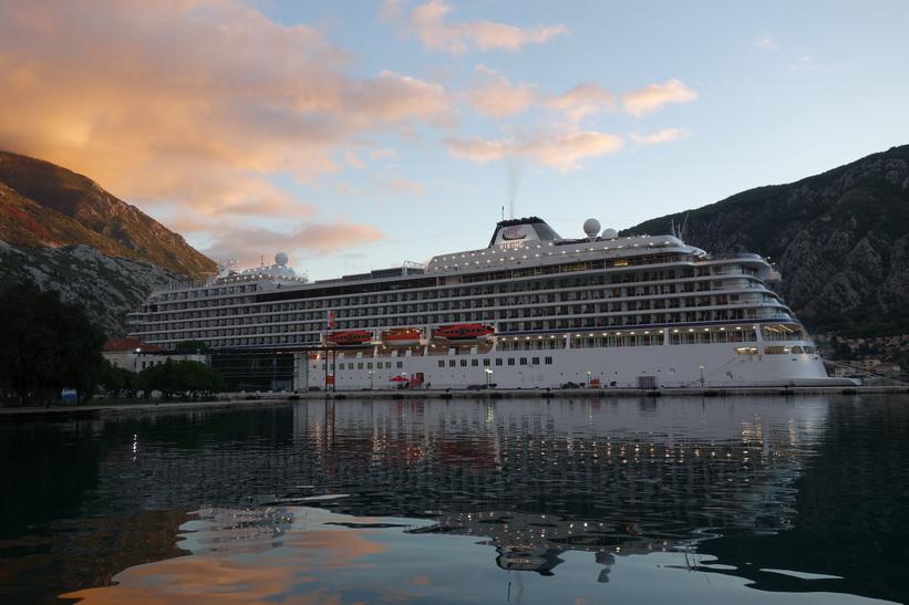 Kryssningsfartyget Viking Star i hamnen i Kotor.
