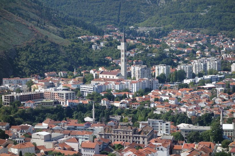 Vy över Mostar från berget öster om staden.