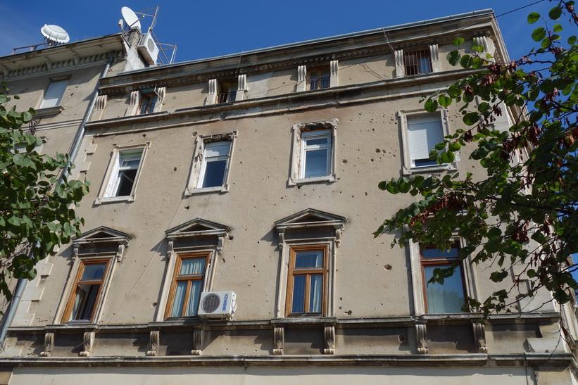Skottskadad byggnad i sydöstra Mostar.