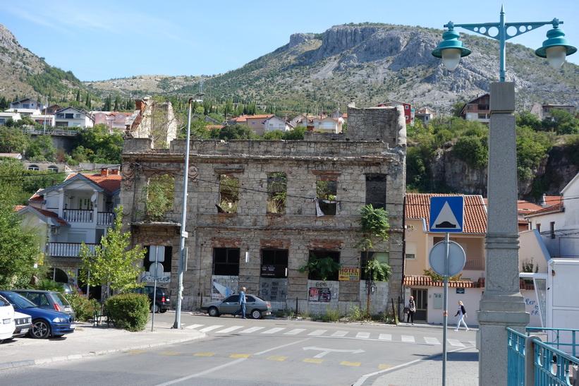 Byggnad märkt av kriget i Mostar.
