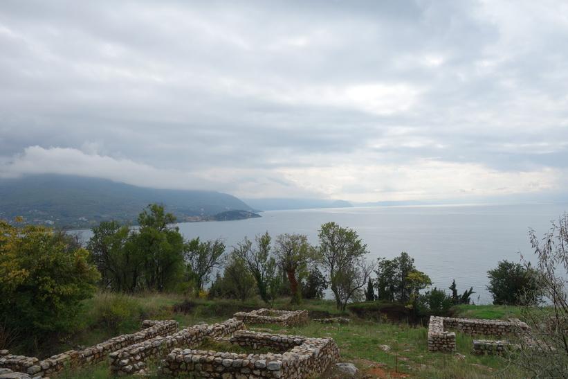 Utsikt över Lake Ohrid från Saint Panteleimon.