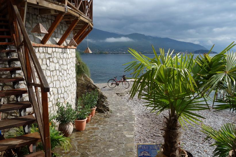 Utsikten över Lake Ohrid från Potpes beach restaurant, Ohrid.