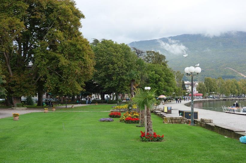 Den fina promenaden vid Lake Ohrid i centrala Ohrid.