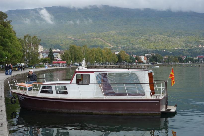 Båt för guidade turer på Lake Ohrid, centrala Ohrid.