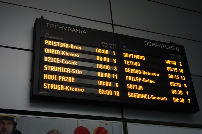 Min avgång till Pristina längst uppe till vänster. Busstationen i Skopje.