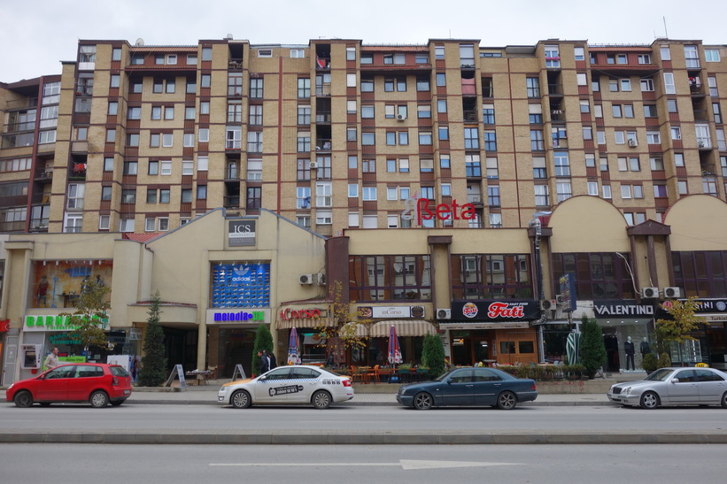 Bostäder längs Clinton Boulevard, Pristina.