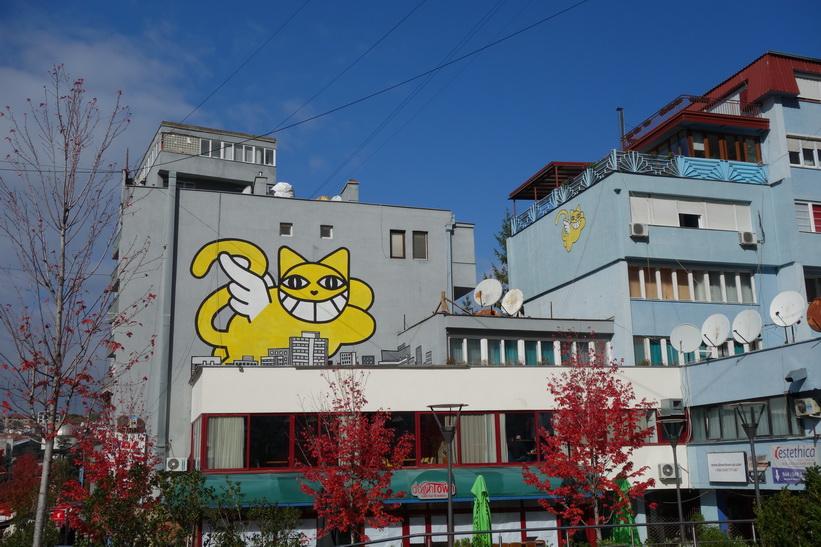 Häftiga väggmålningar i central Pristina.