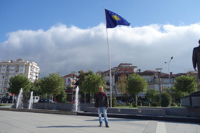 Stefan framför Kosovos flagga i Independece park, Pristina.